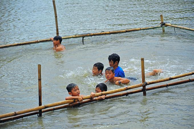 Người phụ nữ miền Tây dạy trẻ học bơi miễn phí 15 năm qua