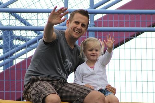 Kenney chụp ảnh cùng bố khi còn bé. Ảnh: Hollie Kenney