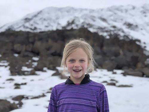 Montannah Kenney giành kỷ lục Guinness khi hoàn thành chuyến leo lên đỉnh núi cao nhất châu Phi năm 7 tuổi. Ảnh: Hollie Kenney