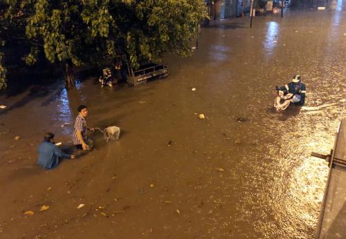 Vì sao đường Nguyễn Hữu Cảnh vẫn ngập dù có siêu máy bơm? - ảnh 1