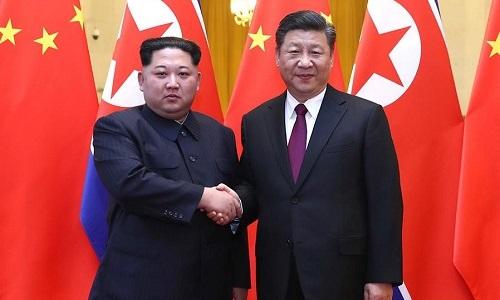 Lãnh đạo Triều Tiên Kim Jong-un bắt tay Chủ tịch Trung Quốc Tập Cận Bình tại Đại lễ đường Nhân dân Bắc Kinh hồi tháng 3. Ảnh:Xinhua.