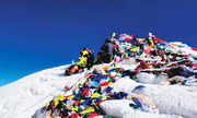 Băng tan phơi bày hàng tấn rác thải trên đỉnh Everest