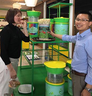 TS Đỗ Ngọc Chung (bìa phải) giới thiệu sản phẩm làm rau giá tạiMatxcơva. Ảnh: NC.