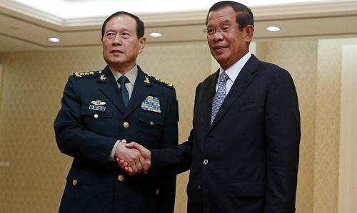 Thủ tướng Campuchia Hun Sen (phải) và Bộ trường Quốc phòng Trung Quốc tại Phnom Penh ngày 18/6. Ảnh: Reuters.
