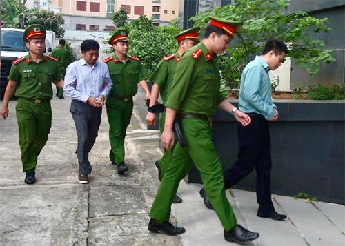 Nhân chứng Hà Văn Thắm (áo xanh) và cựu kế toán trưởng PVN Ninh Văn Quỳnh được đưa đến toà. Ảnh: Ngọc Thành