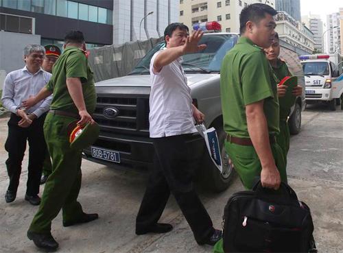 Ông Thăng (áo trắng cộc tay) và cựu phó tổng giám đốc PVN Nguyễn Xuân Sơn được cảnh sát đưa vào phòng xử án tại toà phúc thẩm. Ảnh: Ngọc Thành
