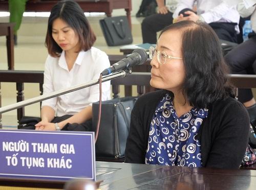 Bà Phan Thị Hòa ngồi trả lời. Ảnh: N.Anh.