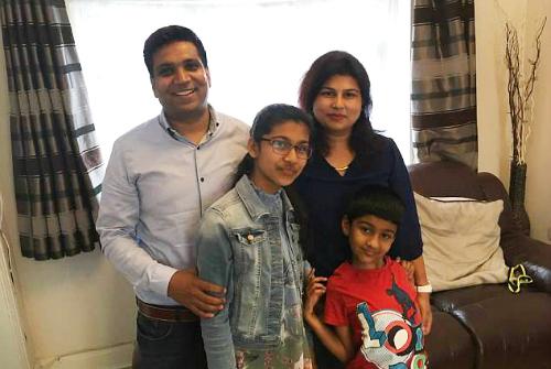 Snnehal Vijay (đeo kính) bên gia đình. Ảnh: BPM Media