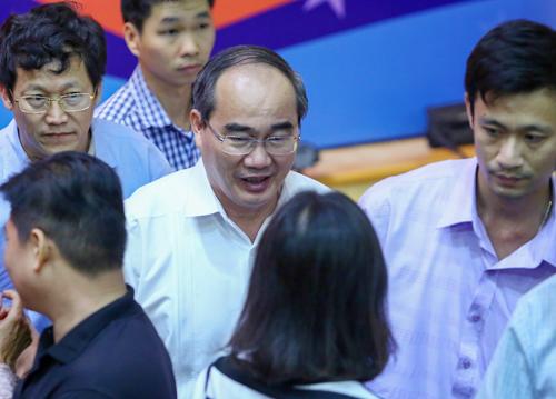 Ông Nhân trong vòng vây của người dân Thủ Thiêm sau buổi tiếp xúc cử tri. Ảnh: Thành Nguyễn.