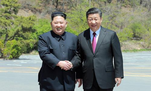 Lãnh đạo Triều Tiên Kim Jong-un, trái, gặp Chủ tịch Trung Quốc Tập Cận Bình ngày 19/6 tại Bắc Kinh. Ảnh: Reuters.