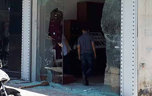 Hiện trường vụ nổ súng ở cửa hàng thời trang trên phố Lê Hoàn. Ảnh:Lam Sơn.