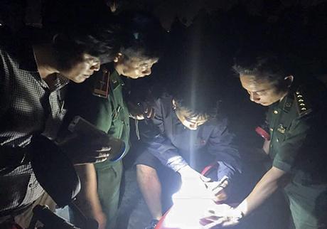 Lực lượng chức năng Việt Nam lên phương án tìm kiếm du khách đi lạc trên rừng Sơn Trà. Ảnh: Minh Hải.
