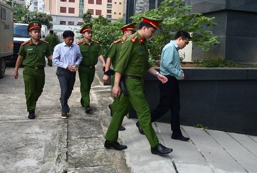 Ông Hà Văn Thắm và Ninh Văn Quỳnh được dẫn tới tòa. Ảnh: Ngọc Thành.
