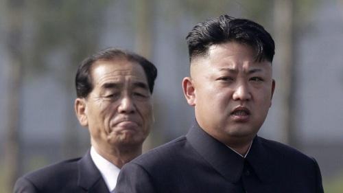 Kim Jong-un (phải) và Thủ tướng Pak Pong-ju. Ảnh: AFP.