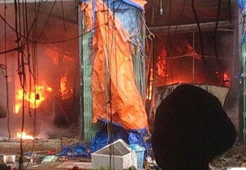 Nhiều ki ốt trong chợ bị thiêu rụi.Ảnh: Nguyễn Hưng