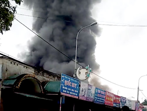 Ngọn lửa bốc lên dữ dội tại chợ Sóc Sơn. Ảnh. Sơn Giang
