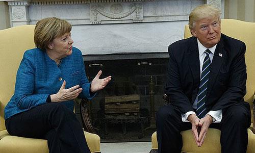 Trump không bắt tay với bà Merkel trong cuộc gặp tại Nhà Trắng năm 2017. Ảnh: AP.