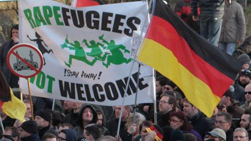 Một cuộc tuần hành chống nhập cư của những người theo tư tưởng cực hữu ở Đức năm 2017. Ảnh: AP.