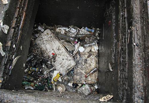 Thùng xốp và nhiêu chai nhựa, bao nylon lấp miệng cống khiến nước không về đến máy bơm. Ảnh:Duy Trần.