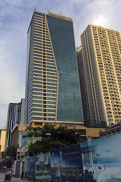 Khách sạn Mường Thanh ven biển Đà Nẵng xây sai phép 104 phòng. Ảnh: Nguyễn Đông.