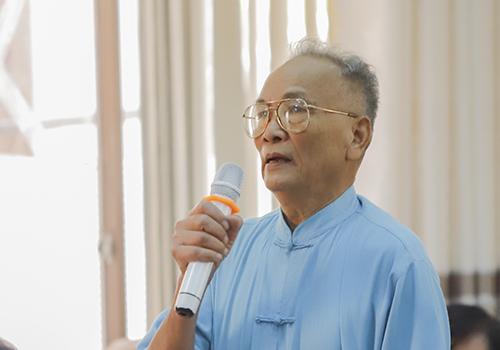 Cử tri Tổng nêu ý kiến tại buổi tiếp xúc. Ảnh: Nguyễn Đông.