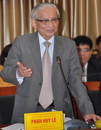 Giáo sư Phan Huy Lê là Tổng chủ biên bộ Quốc sử Việt Nam. Ảnh: Viết Tuân