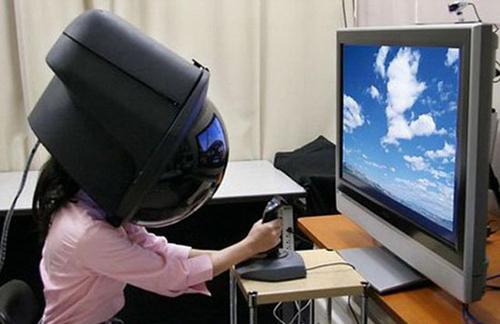 Chắc cô ấy đang chơi game bằng kính thực tế ảo.