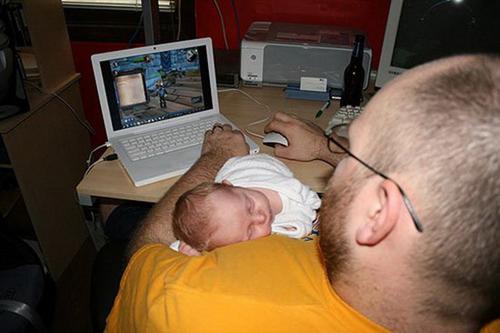 Tranh thủ lúc con ngủ của ông bố mê game.