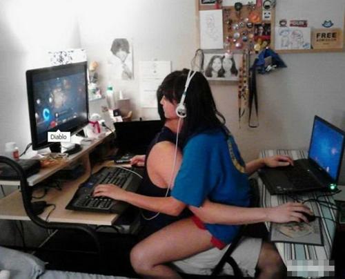 Khi cặp đôi chơi game nhưng chỉ có một chiếc ghế.
