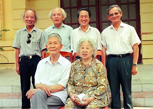 Tứ trụ sử học Việt Nam đương đạitừ trái quaGS Trần Quốc Vượng,GS Đinh Xuân Lâm,GS Hà Văn Tấn vàGS Phan Huy Lêvới ông bà GS Trần Văn Giàu. Ảnh chụp năm 1996 do GS Lê cung cấp.