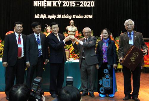 Tại Đại hội Hội Khoa học lịch sử Việt Nam 2015, GS Phan Huy Lê trao tặng Chủ tịch nước Trương Tấn Sang bức tượng Đại tướng Võ Nguyên Giáp. Ảnh: Nguyễn Đình Toán.