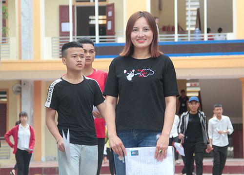 Chị Minh tại điểm thi trường THPT Hồng Lĩnh. Ảnh: Đức Hùng