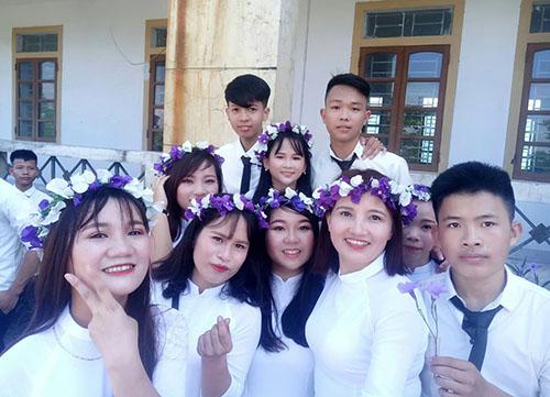 Chị Minh chụp ảnh kỷ yếu với các học sinh cùng lớp 12A của Trung tâm giáo dục thường xuyên thị xã Hồng Lĩnh. Ảnh: NVCC