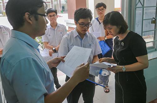 Thí sinh làm thủ tục dự thi tại điểm trường THCS Hoàng Hoa Thám (Tân Bình, TP HCM). Ảnh: Trần Quỳnh