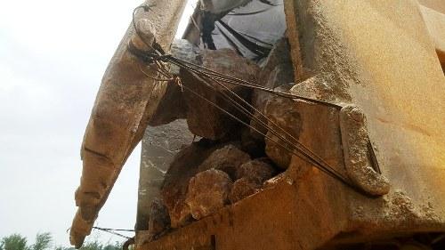 Chở đá hộc có nắm đậy cũng như không, chiếc xetải biển 15 Hải Phòng, gắn phù hiệu Hoàng Trường đang bị công an huyện Cát Hải tạm giữ phục vụ điều tra liên quan đến vụ đá trút xuống mặt cầu TaanVux- Cát Hải gây trấn thương cho nam thanh niên.
