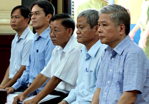 Ông Đặng Thanh Bình (bên phải) và các đồng phạm tại tòa. Ảnh: Ngọc Lan.