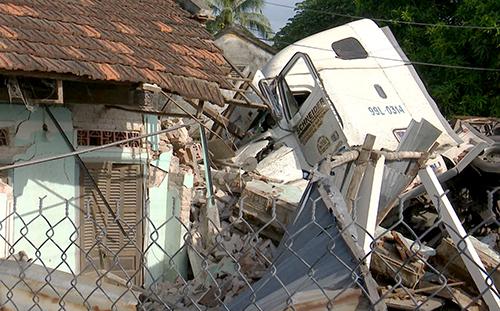Ba người trong gia đình được giải cứu, chuyển đi cấp cứu sau tai nạn
