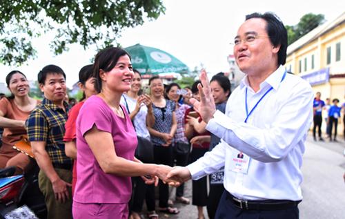 Bộ trưởng Giáo dục và Đào tạo Phùng Xuân Nhạ động viên phụ huynh của các thí sinh thi THPT quốc gia 2018ở điểm thi THPT Yên Viên (Gia Lâm, Hà Nội). Ảnh: Giang Huy.
