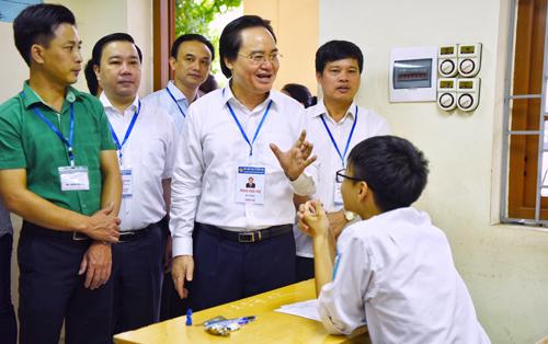 Kiểm tra đột xuất công tác thi tại điểm thi THPT Yên Viên (Hà Nội), Bộ trưởng Phùng Xuân Nhạ động viên các thí sinh bình tĩnh làm bài thi đúng quy chế. Ảnh: Giang Huy.
