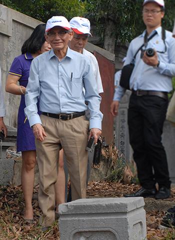 GS Phan Huy Lê trong một lần đến Huế khảo sát về lăng mộ vua chúa. Ảnh: Võ Thạnh