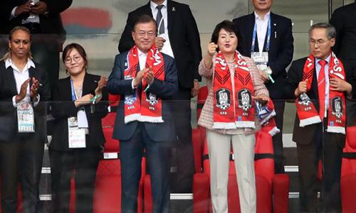 Tổng thống Hàn Quốc Moon Jae-in cùng phu nhân Kim Jung-sook cổ vũ cho đội nhà trong trận đấu với Mexico tại World Cup. Ảnh: Yonhap.
