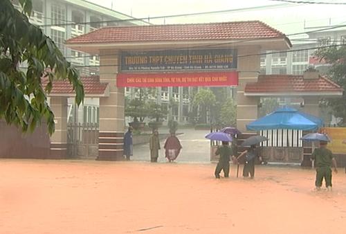 Đường trước điểm thi THPT chuyên tỉnh Hà Giang.