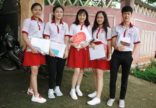 Vi cùng bạn bè đến điểm thi THPT quốc gia. Ảnh: Trần Hưng.