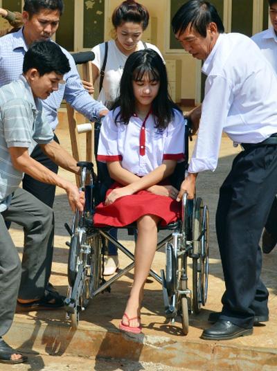 Hà Vi trong ngày nhập học sau tai nạn hai năm trước. Ảnh: Kh.Uyên