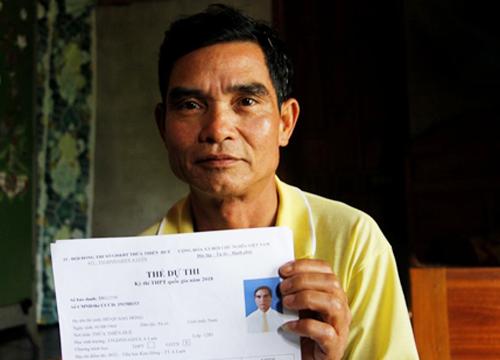 Ông Hồ Quang Đông khoe thẻ dự thi THPT. Ảnh: Võ Thạnh
