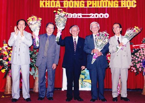 Giáo sư Phan Huy Lê (giữa) cùng các thế hệ lãnh đạo đầu tiên của khoa Đông Phương học (Đại học Quốc gia Hà Nội) trong lễ kỷ niệm 5 năm thành lập khoa năm 2000. Ảnh:Đức Anh.