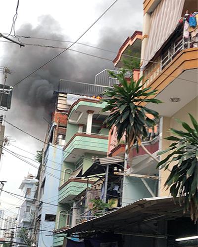 Khói lửa nghi ngút tại căn nhà bốn tầng. Ảnh: Nhật Huy