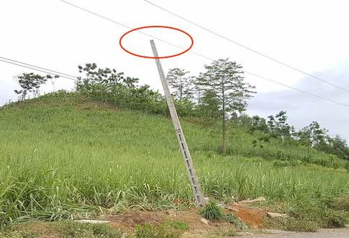 Hiện trường cột bê tông đã va trúng đường dây 35KV (khoanh đỏ). Ảnh: HB.