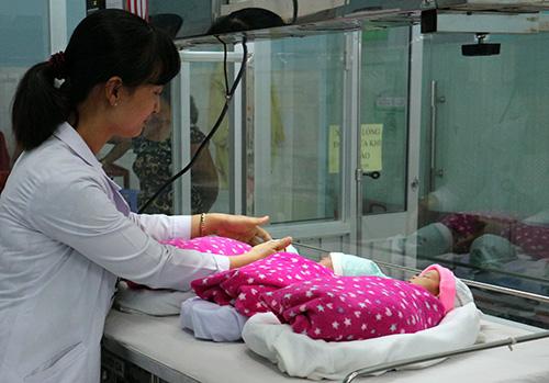 Hiện sức khoẻ ba bé và người mẹ ổn định, có thể xuất viện vài ngày tới. Ảnh: Phú Tân
