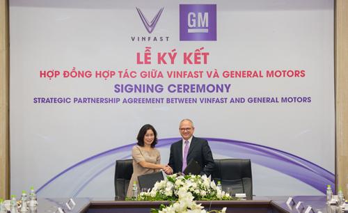 Bà Lê Thị Thu Thủy -Phó Chủ tịch Vingroup kiêm Chủ tịch VinFast và ông Barry Engle, Phó Chủ tịch điều hành kiêm Chủ tịch GM quốc tế ký thỏa thuận hợp tác chiến lược tại thị trường Việt Nam.
